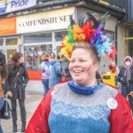 Kvinne med regnbuefjær i håret