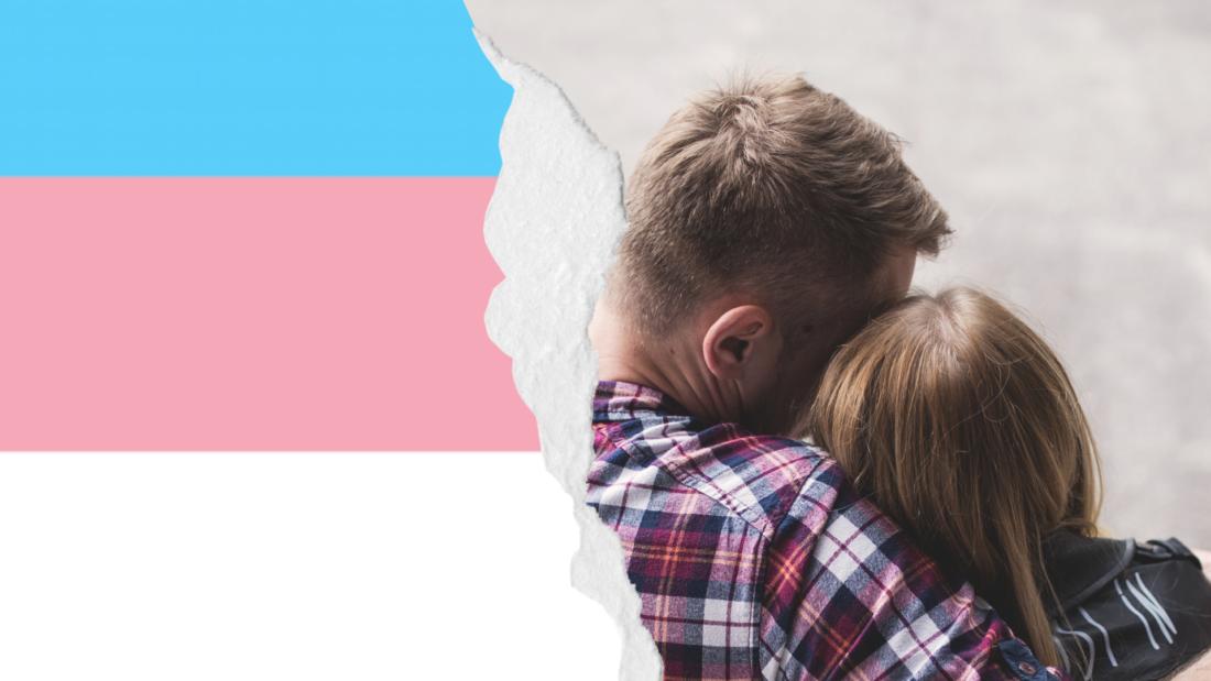 fotomontasje av et par bakfra og transflagg-fargene
