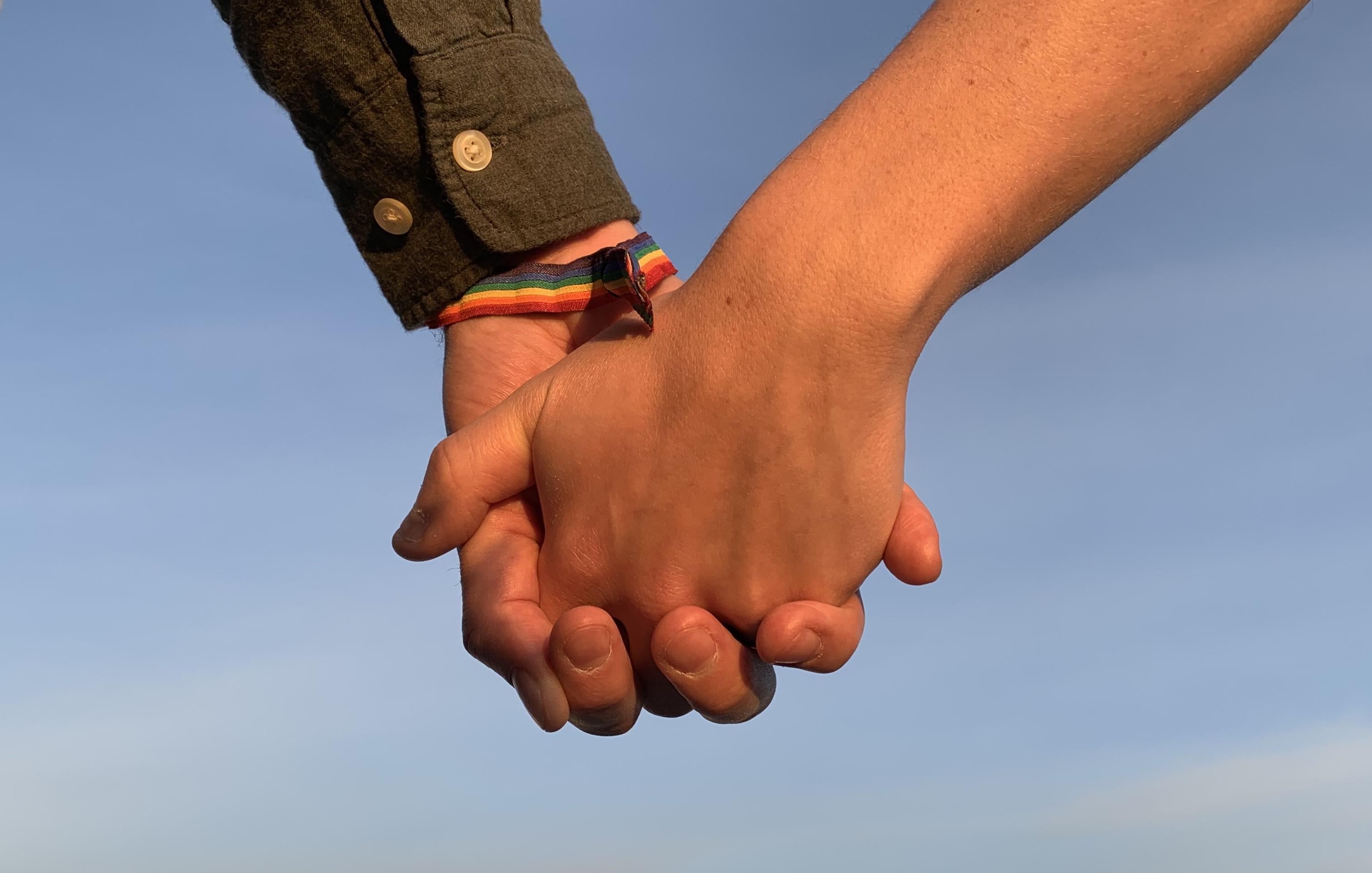 To menn holder hender
