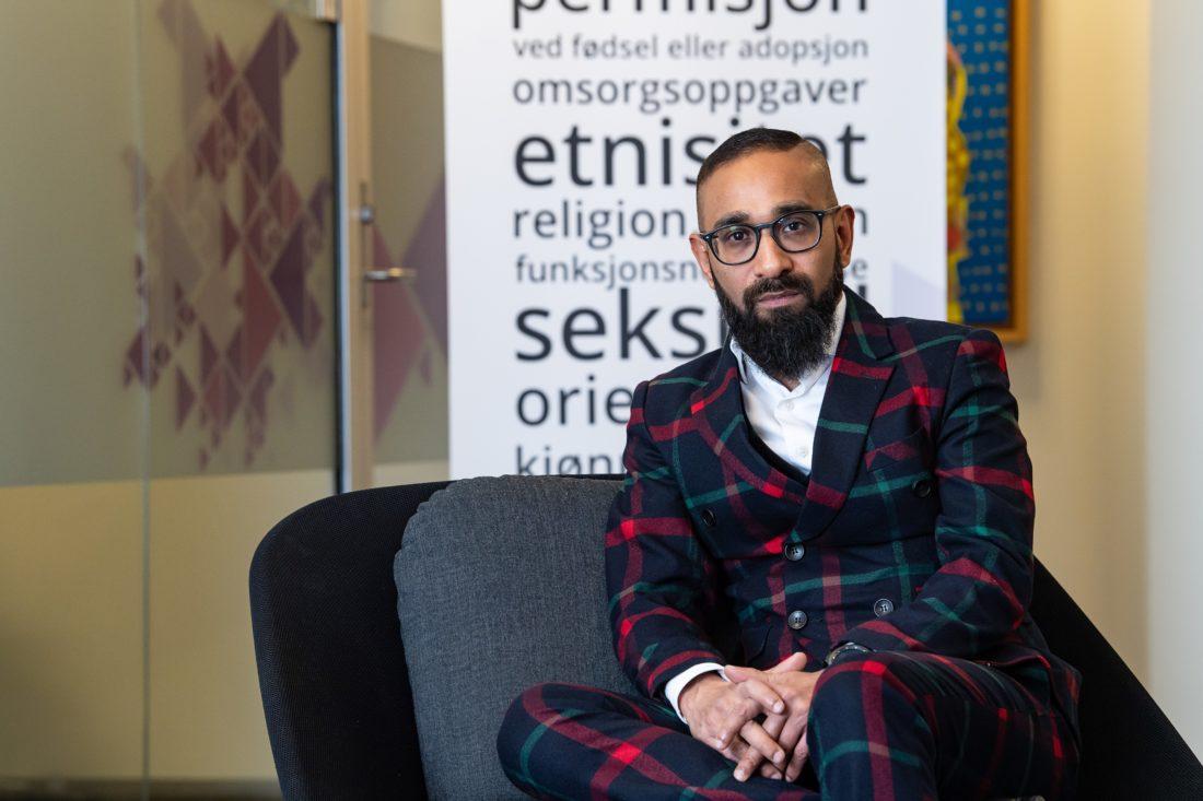 Ashan Nishantha, direktør i diskrimineringsnemnda. Sittende portrett.