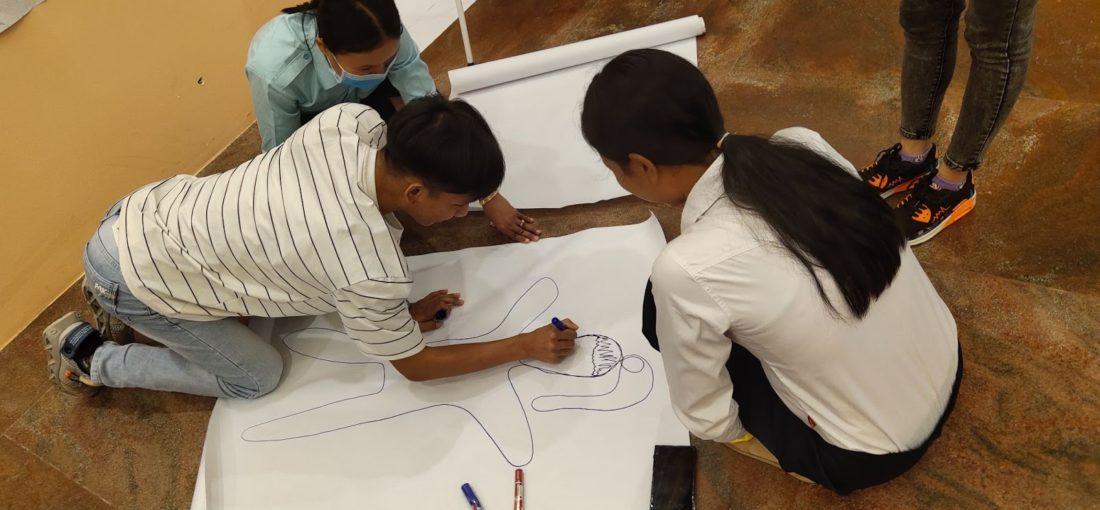 To barn tegner på et rak på gulvet