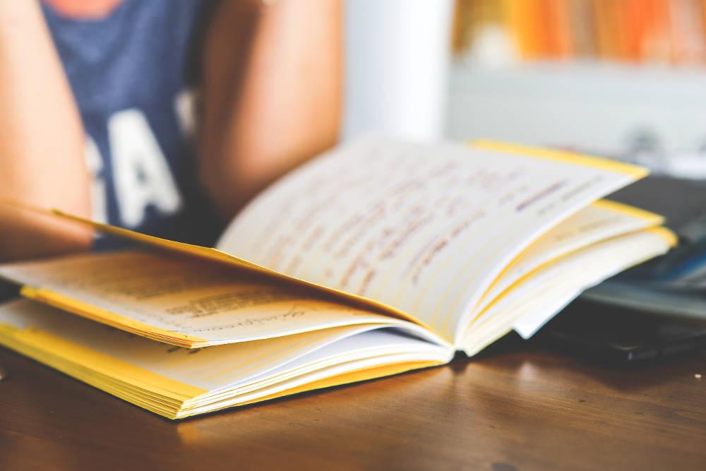 Barn leser en bok på skolen