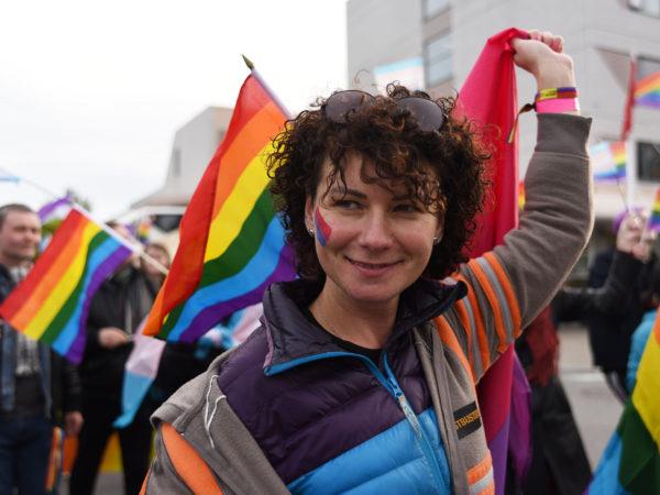 Valentina med pride-flagg i barents pride
