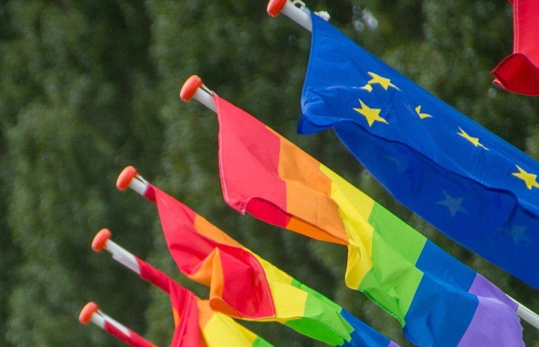 pride-flagg og EU-flagg vaier i vinden