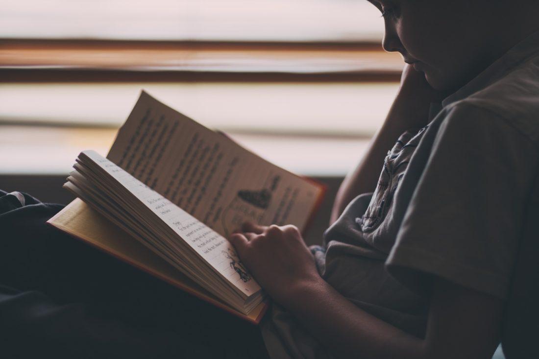 Liten gutt leser en bok