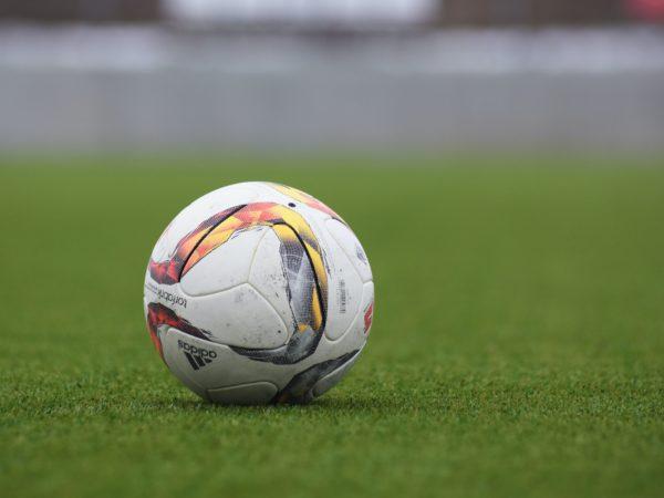 En fotball på gressplen