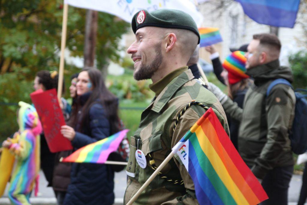 soldat med fri-flagg