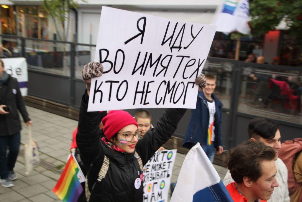 Ungdom med plakat på russisk